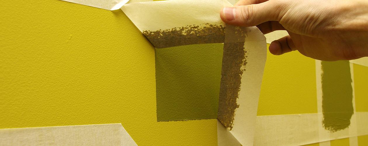 Minderwertige Klebebänder hinterlassen schnell Rückstände und neigen zum Durchfeuchten. Die Farbe sickert durch und das Band reißt beim Entfernen. Diese Probleme lassen sich mit Markenprodukten vermeiden. Außerdem hilft es, das Band so früh wie möglich nach der Arbeit zu entfernen, also sobald die Farbe nicht mehr verlaufen kann.