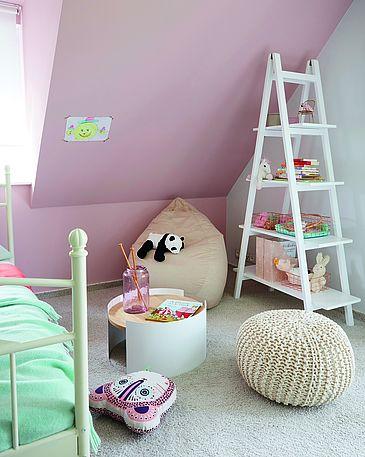 Helles, modernes Mädchen Kinderzimmer in weiß und rosa mit Alpina Feine Farben Wandfarbe.