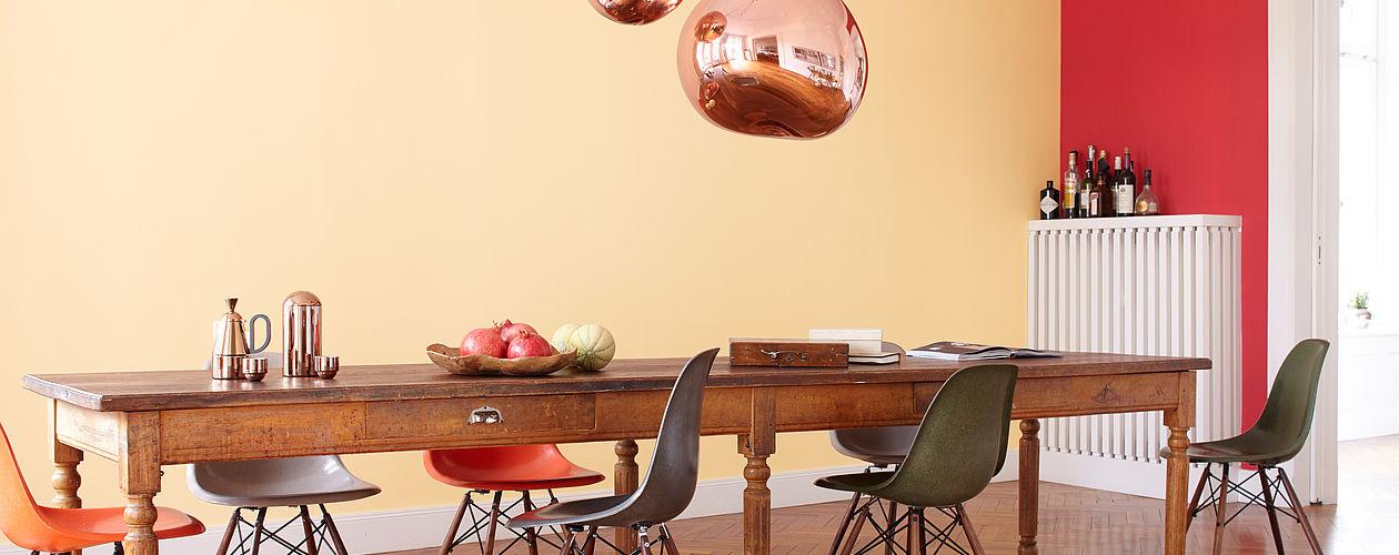 Wandfarben in fröhlichen, warmen Tönen verbreiten eine wohlige Stimmung im Esszimmer und regen den Appetit an.
