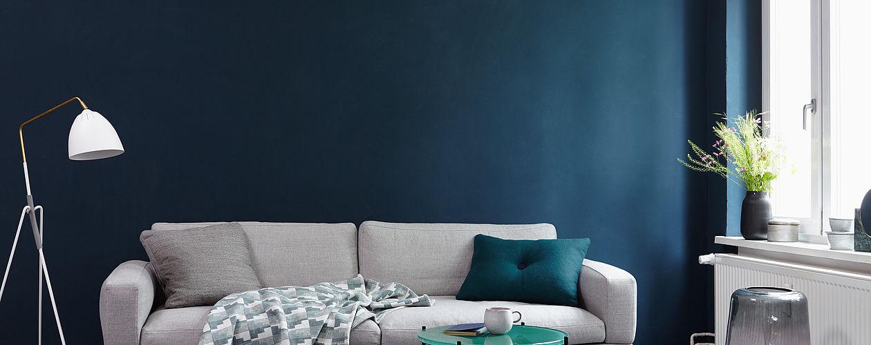 Die prägnante Ausstrahlung von Alpina Farbrezepte Blaue Stunde entfaltet sich stilvoll in Räumen mit ruhigem, klaren Design.