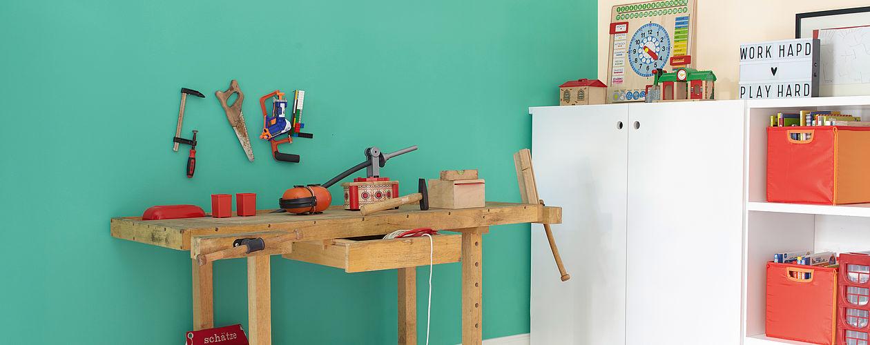 Knallige Farben sind bei Kindern sehr beliebt, sollten aber an Wänden, als Akzentfarbe dienen. Ein kräftiges Grün steigert die Konzentration und macht sich wunderbar als Akzentfläche am Werktisch – sollte aber nicht für alle Wände verwendet werden.
