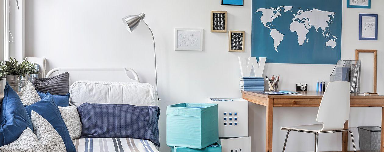Wer auf Weiß im Jugendzimmer setzt, sollte auf Farbimpulse durch Wohnaccessoires setzen. Blau hat nicht nur an den Wänden eine beruhigende Wirkung und wirkt durch das viele Weiß frisch und luftig.