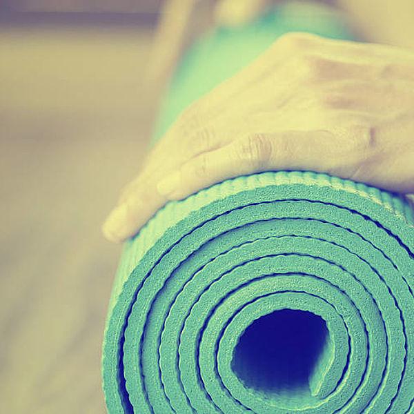 Правильно подобранный оттенок стен в зале для занятий йогой усиливает эффект расслабления