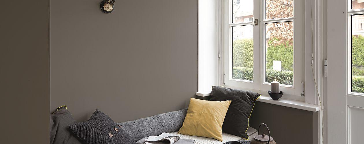 """Der Skandi-Stil bedient sich am liebsten der Farben der Natur – Ein dunkles Graubraun wie """"Stärke der Berge"""" ist dabei ideal für Struktur-gebende Akzente."""