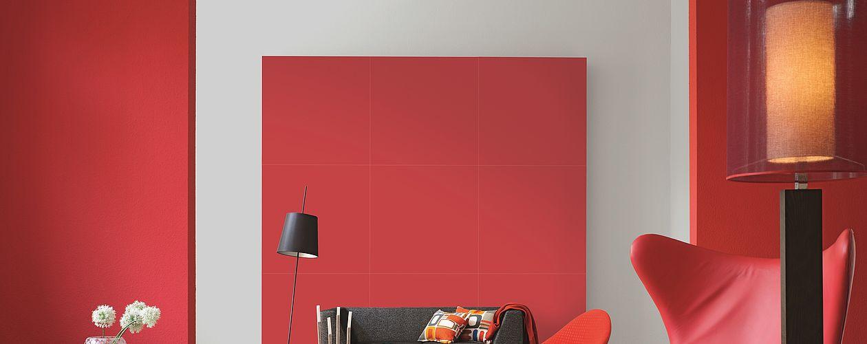Willkommen im roten Salon –leuchtende Granatapfel- und Korallen-Töne bekommen durch die Kombination mit edlen Grau- und hellen Holztönen eine warme und ruhige Note.