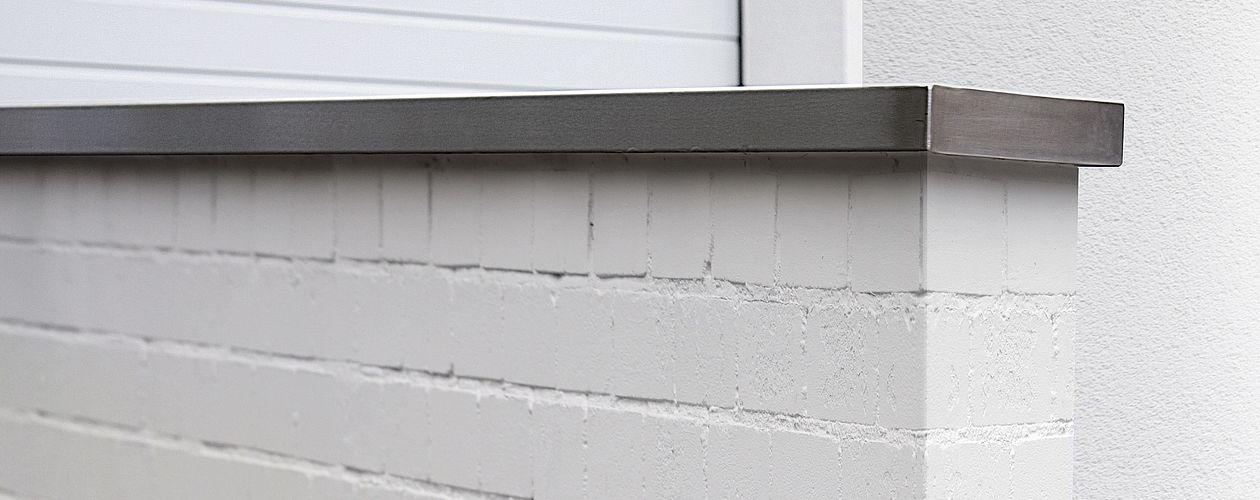 Beim Streichen von Mauern und Außenwänden können unterschiedliche Fassaden- und Mauerfarben sowie geeignete Grundierungen verwendet werden.