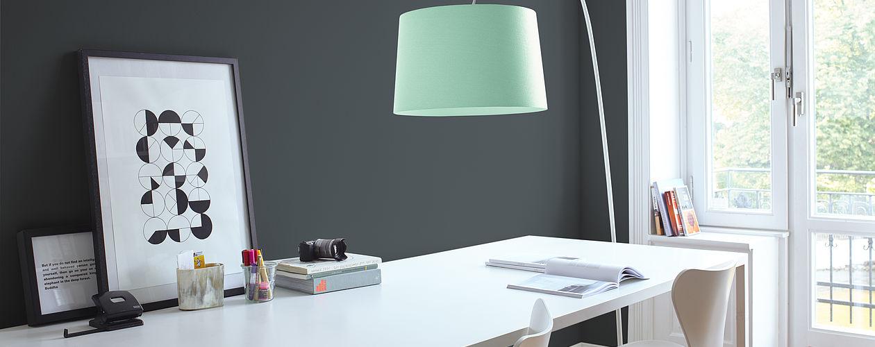 Geradlinige, aufgeräumte Arbeitszimmer wirken besonders edel in Anthrazit, Weiß und Abstufungen von Grau. Ein Farbspritzer in fröhlichem Grün läutet beim Rausgehen den Feierabend ein.