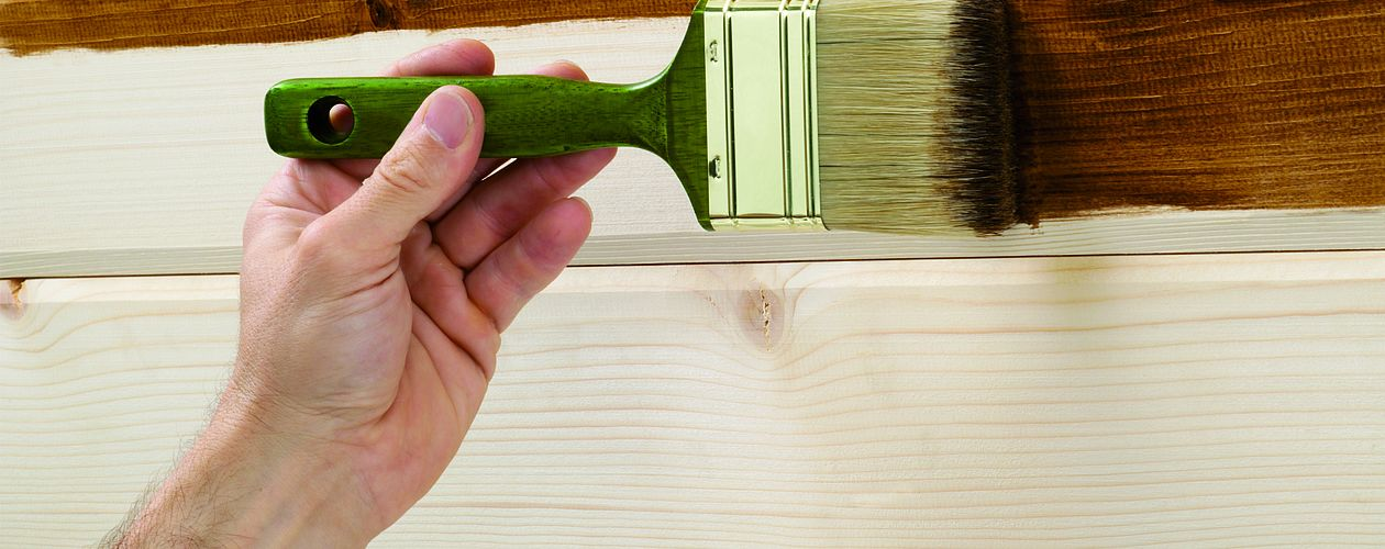 Lasuren schützen Holzoberflächen ohne die Maserung zu verbergen.