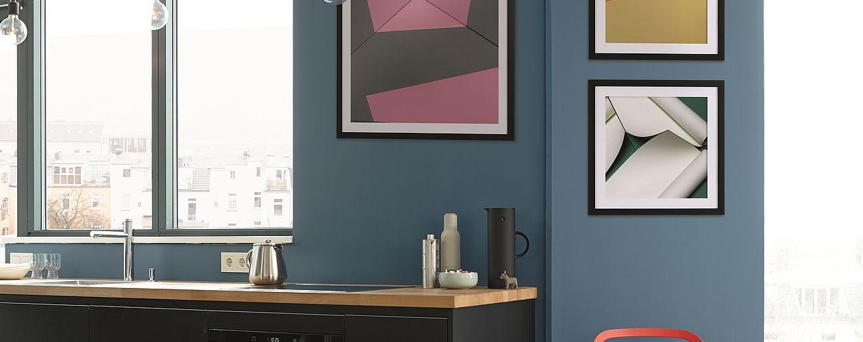 Das starke Azurblau des Farbtons No. 13 Stolzer Wellenreiter aus der Linie Alpina Feine Farben unterstützt die Wirkung von Kunst auf der Wand auf kraftvolle Weise.